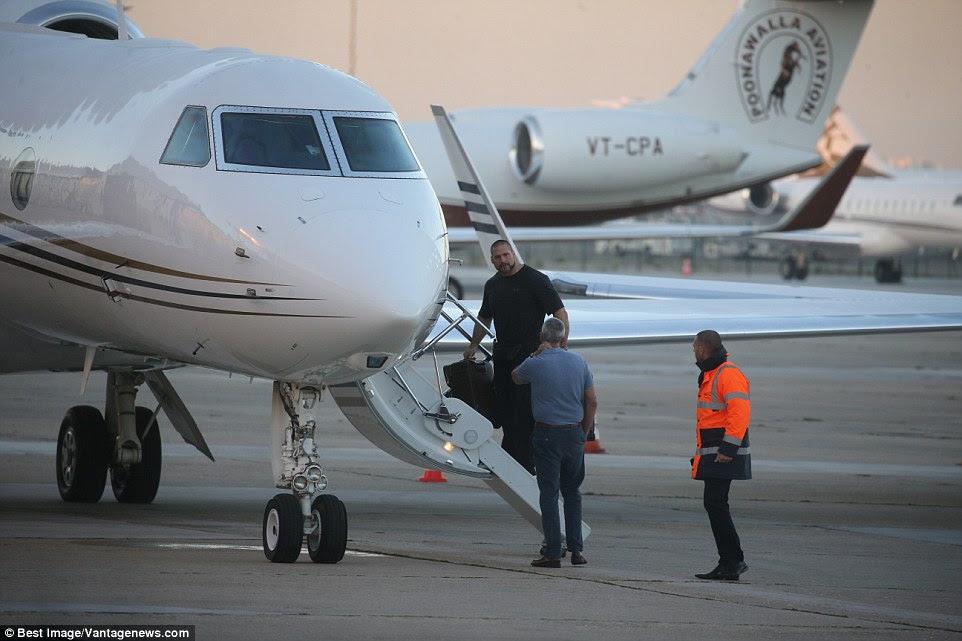 guarda-costas de Kim Kardashian Pascal Duvier fala ao pessoal do aeroporto, antes de decolar de volta para os EUA na segunda-feira