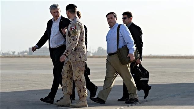 Stephen Harper (gauche) à son arrivée en Irak