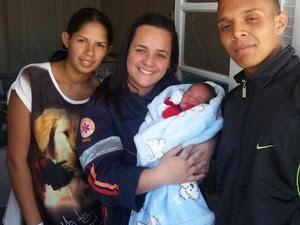 Pais do menino e a técnica de enfermagem Sandra, que fez o parto (Foto: José Eurides Leite/Arquivo Pessoal)