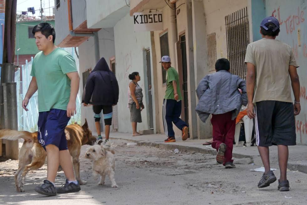 Un grupo de adolescentes camina por una de las calles de la villa 1-11-14 de Buenos Aires.