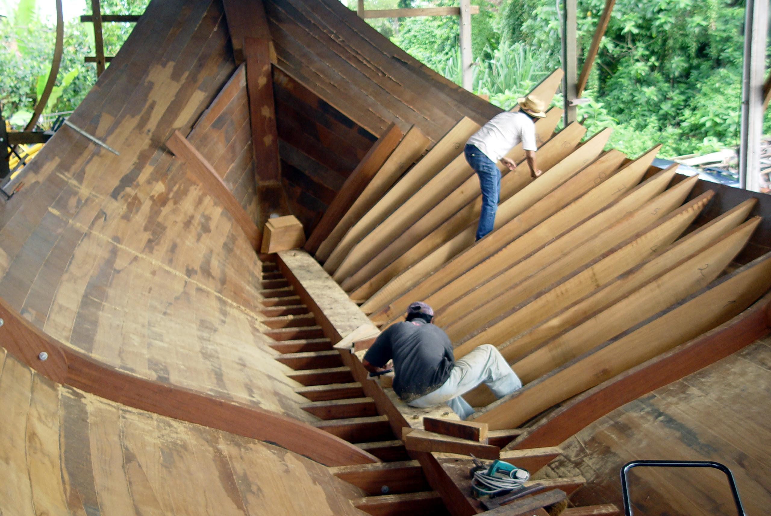 Description Traditional Malay boat building.jpg