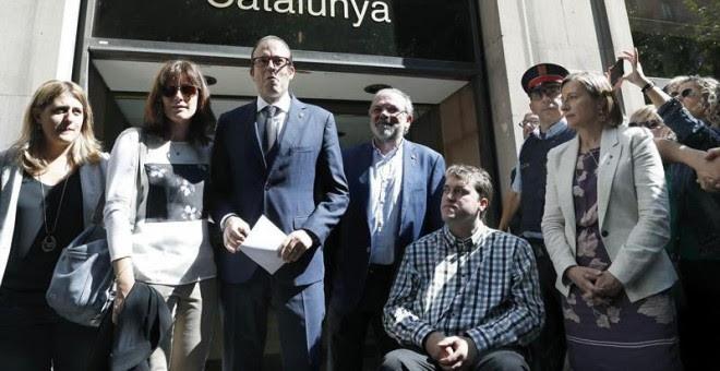 El alcalde de Mollerusa (Lleida) y diputado en el Parlament Marc Solsona (3i), acompañado por la presidenta del Parlament, Carme Forcadell (d), y varios dirigentes del PDeCAT, a su salida de la Fiscalía del Tribunal Superior de Justicia de Catalunya. - EF