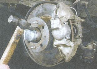 статья про Проверка и регулировка зазора в подшипниках ступиц передних колес на автомобиле ВАЗ 2106