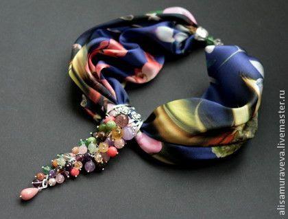 Колье-платок ` Колибри. Фиолетовый ` шелк натуральный. Необыкновенное, позитивное, красивое колье из натурального итальянского шелка и грозди которая собрана из множества прекрасных бусин- флюорит,коралл, аметист, пренит, жемчуг,кошачий глаз,нефрит,опал,…