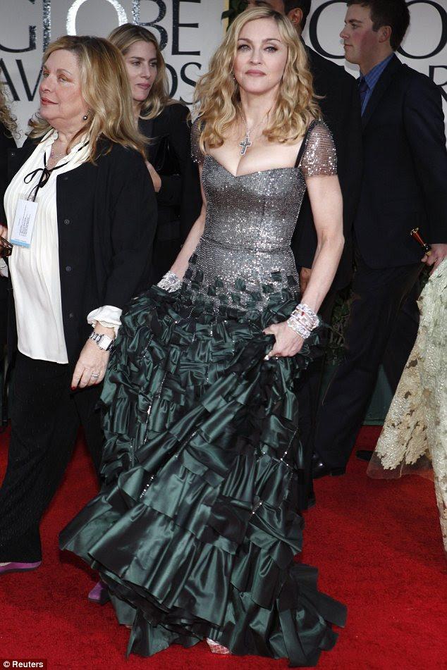 Rara aparição: Madonna, que não foi ao evento nos últimos anos chegou em um vestido prata incomuns e verde escuro