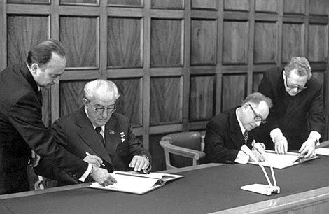 Andropov y Mielke firman el acuerdo de 1973 entre la KGB y la Stasi.