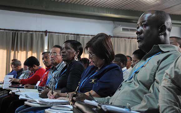 Parlamentarios, durante los debates en la Comisión Industria, Construcciones y Energía. Foto: Omara García Mederos/ ACN.