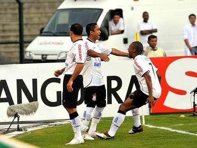 Jorge Henrique celebra gol com Iarley e Elias em 2010: início da melhor sequência corintiana na história do clássico Foto: Raphael Falavigna / Terra