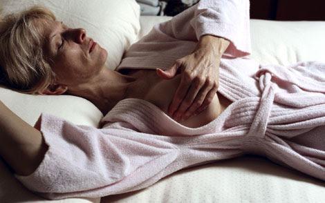 Una mujer palpándose la mama.| El Mundo