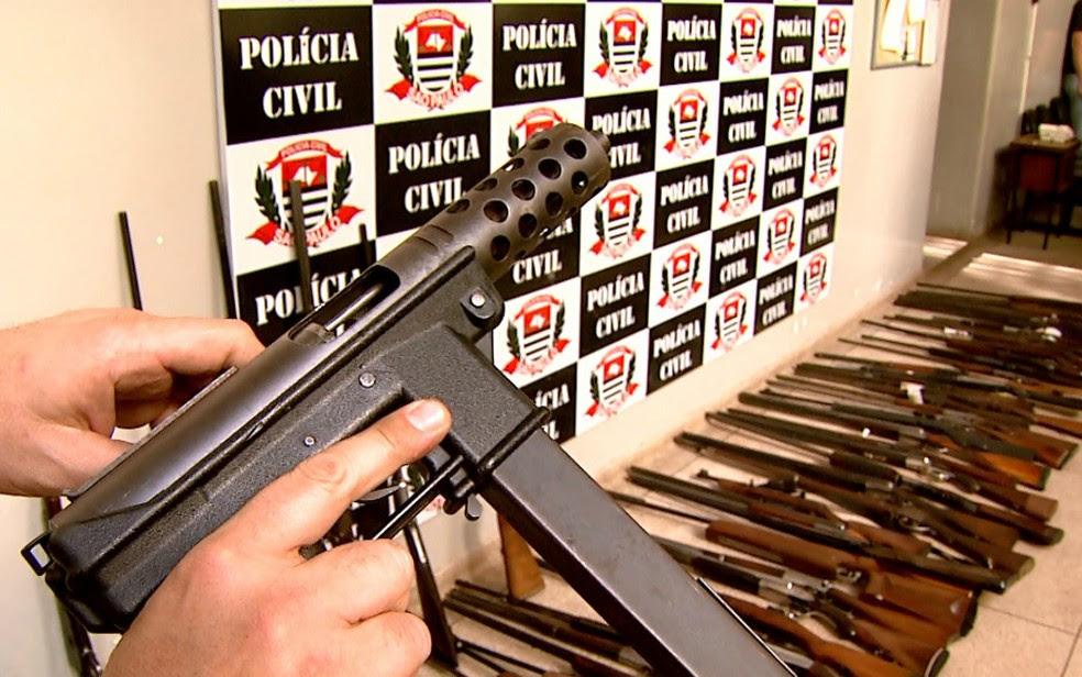 Ao todo, 107 armas de vários tipos e calibres foram apreendidas em Ribeirão Preto (Foto: Cláudio Oliveira/EPTV)