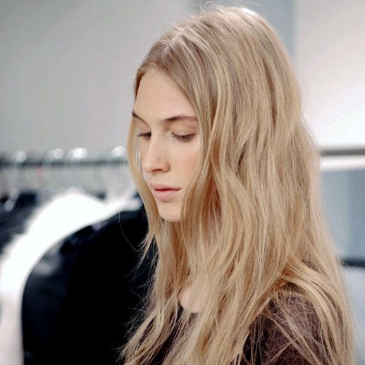LE FASHION BLOG HAIR INSPIRATION EFFORTLESS WAVES HERVE LEGER FW 2013 LONG BLONDE WAVY HAIR BACKSTAGE BEAUTY NATURAL BEAUTY PINK LIPS LIPSTICK 2 photo LEFASHIONBLOGHAIRINSPIRATIONEFFORTLESSWAVESHERVELEGERFW20132.jpg