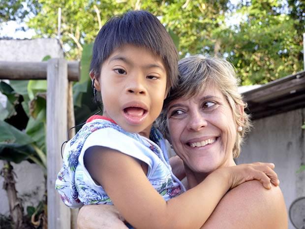 Mãe e filho índio cinta larga adotado em Cuiabá. (Foto: Dhiego Maia/G1)