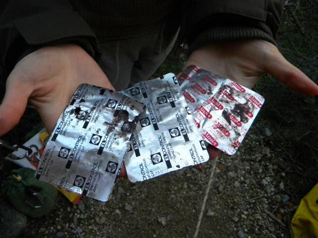 φάρμακα που βρέθηκαν στο φρεάτιο στα χέρια των σπηλαιολόγων