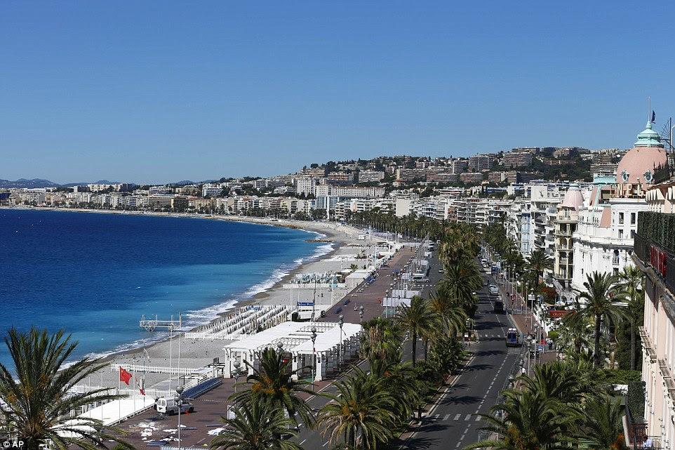 Chaos: Esta é a cena em Nice hoje, onde o camião correu o comprimento da famosa Promenade des Anglais, deixando 84 mortos em sua esteira