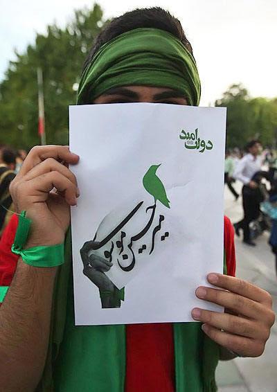Mir Hussein Musavi párthíve a 2009-es iráni választások előestéjén, madaras plakáttal
