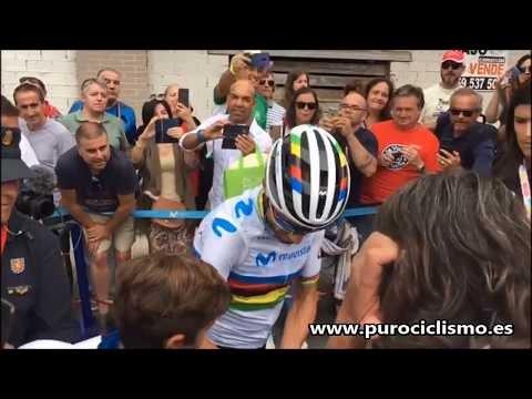 El equipo Movistar saliendo del autobús durante una etapa de la Vuelta a España 2019