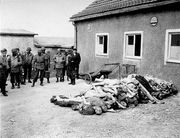 Американские военные около штабеля трупов узников Бухенвальда, весна 1945г:
