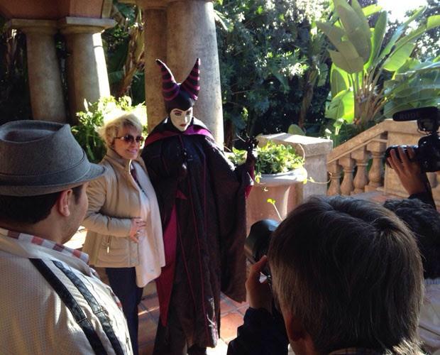 A caminho da atração, Ana Maria Braga encontra Malévola e faz questão de registrar o momento com uma das mais famosas vilãs Disney (Foto: Divulgação/GShow/TV Globo)
