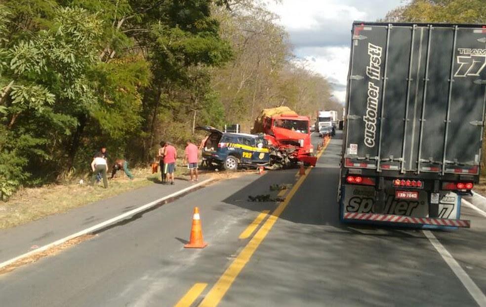 Veículo da PRF bateu de frente contra o caminhão (Foto: Wendel Ferreira de Souza/Arquivo pessoal)