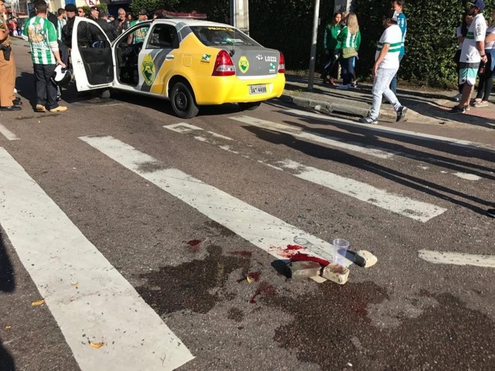 A briga deixou marcas de sangue na imediações do Couto Pereira  (Foto: Bruno Cassucci)