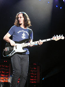 http://upload.wikimedia.org/wikipedia/commons/thumb/4/4d/Geddy_Lee_2007.jpg/220px-Geddy_Lee_2007.jpg