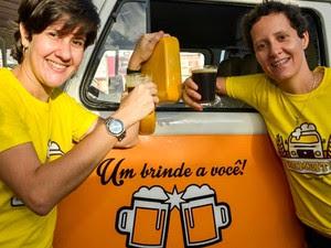 Mariana, à direita, e sua sócia Márcia rodam Salvador vendendo cervejas artesanais (Foto: Fábio Bouzas/Divulgação)