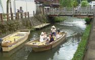 小野川を舟で巡ると、川と商家とのつながりがよく理解できる