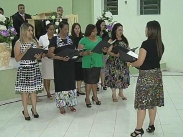 Igreja evangélica orienta fiéis e disponibiliza álcool gel (Foto: Reprodução/TV TEM)