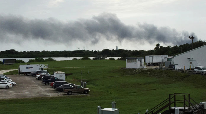 Khói bốc từ khu vực nổ hỏa tiễn của SpaceX ở Florida. (Hình: AP Photo/Marcia Dunn)