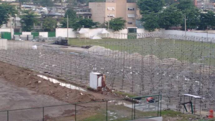 Estrutura da arquibancada começou a ser montada. Será bem próxima ao gramado (Foto: Arquivo pessoal)
