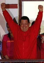 7日、大統領府のバルコニーで支持者に応えるチャベス大統領(カラカス)=ロイター