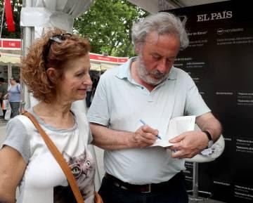 Julio Llamazares firma un libro el viernes en el estand de EL PAÍS.