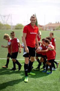 426204131_Gareth_Bale_celebrates_Nissan_s_partnership_extension_with_the_UEFA