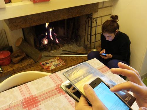 Tra smartphone e un camino acceso by Ylbert Durishti