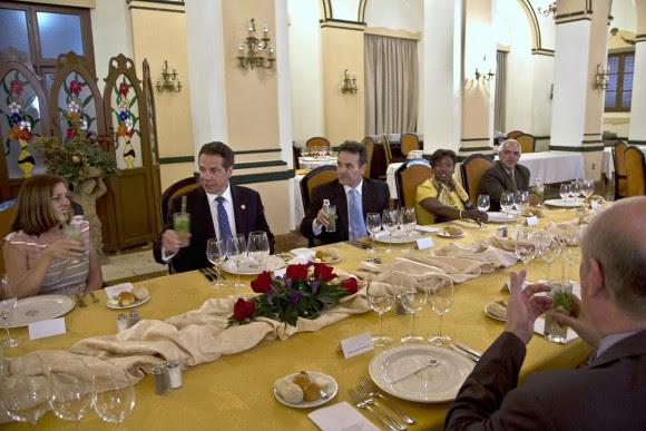 El gobernador de Nueva York, Andrew Cuomo, afirmó este lunes en La Habana que las relaciones plenas entre Cuba y Estados Unidos son el camino para discutir no solo aquellos asuntos en los que estamos de acuerdo, sino también nuestras divergencias. Foto: AP