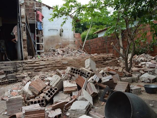 Quarto onde idosos dormiam desabou com a força do tremor desta quinta-feira (9) em Santana do Acaraú (Foto: Manoelzinho Canafístula)