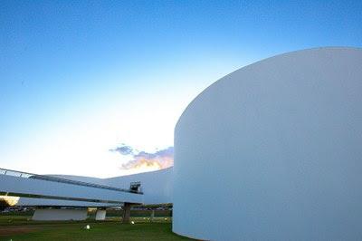 Foto mostra parte dos prédios da PGR. A foto foi tirada durante o dia.