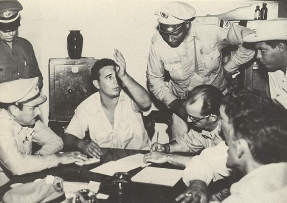 Hace declaraciones en el Vivac de Santiago de Cuba luego de haber sido tomado prisionero por los asaltos a los cuarteles Moncada y Carlos Manuel de Céspedes, 1 de agosto de 1953. Foto: Oficina de Asuntos Históricos del Consejo de Estado/Fidel Soldado de las Ideas.