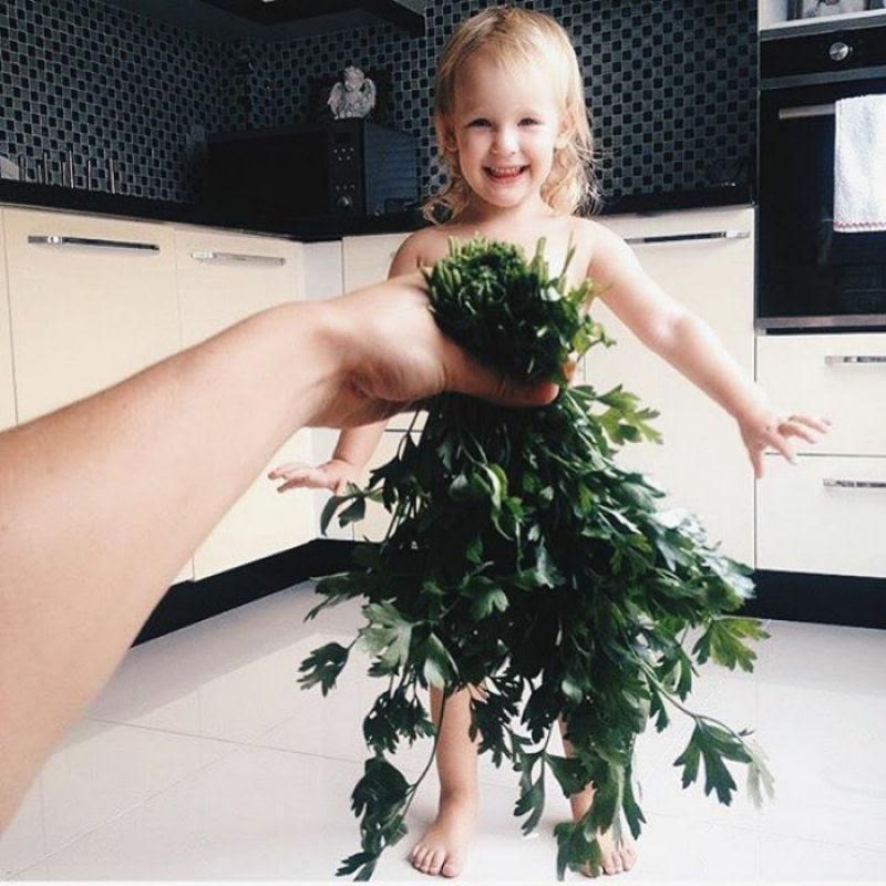 Mãe veste a filha com flores e comida usando a perspectiva forçada e conquista a internet 25