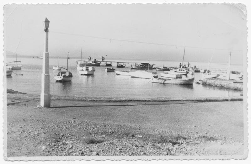 1945, άποψη μπροστά από την ψαροταβέρνα.