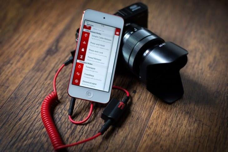 Cámara conectada a un teléfono celular para sincronizar su flash