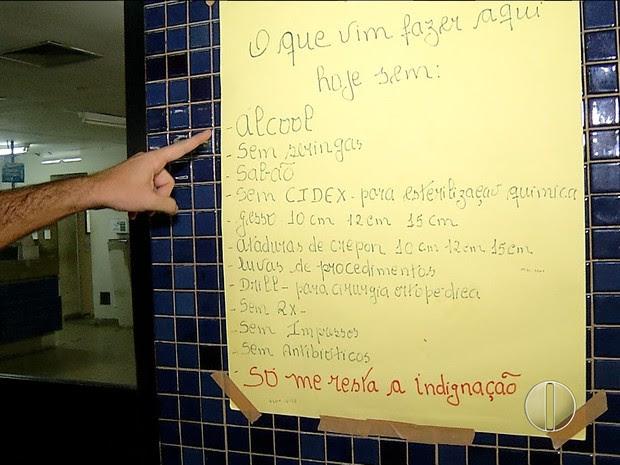 Cartaz indica falta de materiais básicos no maior hospital do RN  (Foto: Reprodução/Inter TV Cabugi)