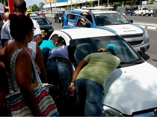 Homem estava morto e mulher ferida dentro de carro em Feira de Santana (Foto: Arquivo Pessoal)