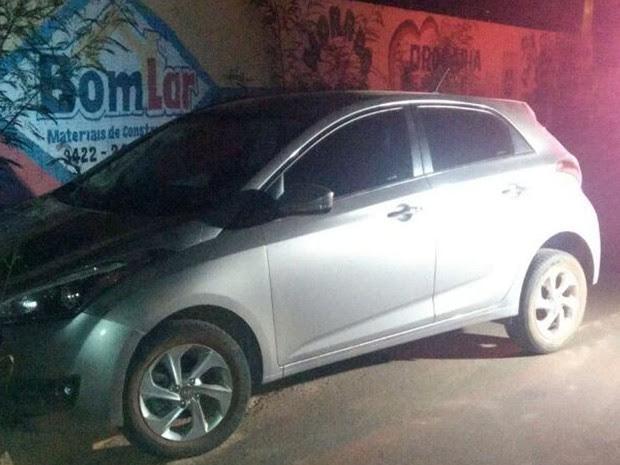 Carro do padre foi deixado no Bairro Jardim Europa, um loteamento em construção afastado em Rondonópolis (Foto: Polícia Civil de MT)