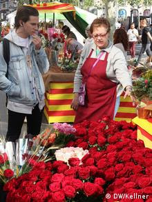 Women selling red roses on World Book Day (Photo: Hans-Günter Kellner / DW)