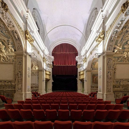 Κόκκινο βελούδο καρέκλες κάτω από τις εικόνες των αγγέλων.  Σήμερα, η εκκλησία του San Felipe L'Aquila - θέατρο.  Όταν δεν είναι αρκετά χρήματα για την αποκατάσταση των εκκλησιών στην Ιταλία πωλούνται σε ιδιώτες