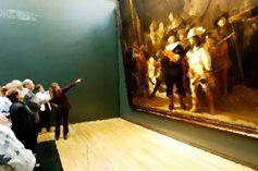 """RONDA RONDA NOCTURNA IMPONE SU SILENCIO// En sala abigarrada en Rijksmuseum donde contemplo el magnífico cuadro """"Ronda Nocturna"""" del genial pintor Rembrandt siento el silencio: pugna por expresarse. Ni el tema de la escena que se narra —bullicioso paseo de soldados— ni la masa que está tomando fotos o leyendo catálogos de plástico, ni l@s guías que explican pormenores —siempre triviales, lejanos de la esencia…(Ver ➦) http://albertotroconiz.blogspot.com.es/2015/08/ronda-nocturna-"""