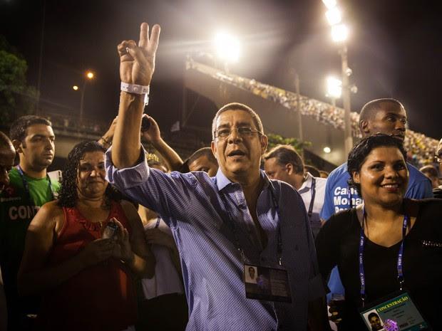Zeca Pagodinho acena para o público na concentração da Sapucaí (Foto: Fábio Tito/G1)