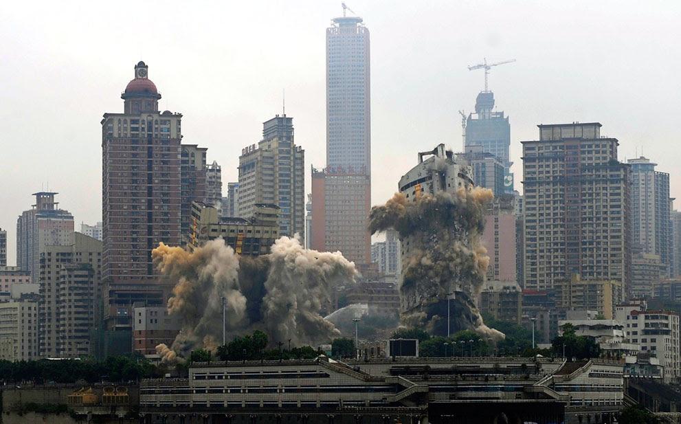 Ένα  ξενοδοχείο και ο επιβατικός σταθμός του λιμανιού Chongqing (στην Κίνα), κατεδαφίζονται με χρήση εκρηκτικών.