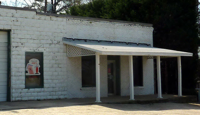 P1180405-2013-03-30-Ellenwood-Georgia-Vernacular-Store-corner-Railroad-Bouldecrest-detail-block-and-brick-porch